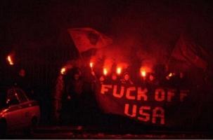 Кто закидал резиденцию посла США файерами