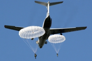 Два десантника спустились с неба на одном парашюте