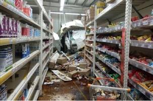 Эвакуатор врезался в магазин