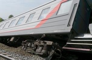 Перед пассажирским поездом развинтили рельсы