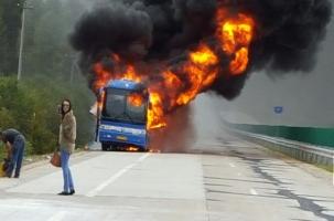 Автобус сгорел на границе, но туристы целы