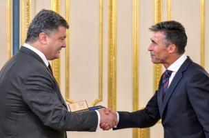 Порошенко наградил шефа НАТО