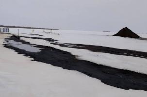 В снежных полях собирают нефть