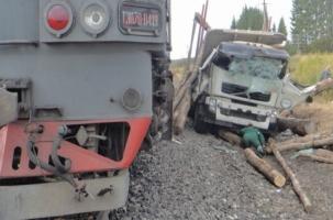 Поезд столкнулся с лесовозом