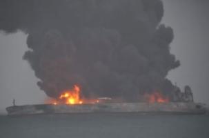 Катастрофа у берегов Китая: в пожаре пропали 32 моряка