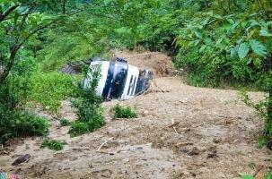 Наводнение во Вьетнаме уносит людей, поля, дороги