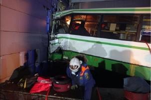 Автобус врезался в стену университета