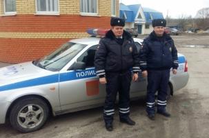 Офицеры дорожного патруля спасли ребенка