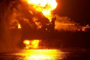 Пожар в море. Пропали нефтяники