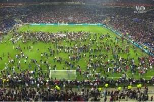 Фанаты «Бешикташа» загнали болельщиков «Лиона» на поле